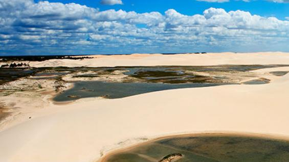 Como un oasis. Entre las enormes dunas se forman lagunas de  aguas cristalinas. (ostill / 123RF)