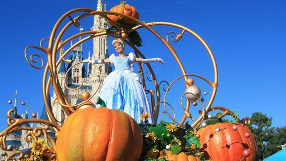 Personajes. Cenicienta desfilando en Disney World. (Elena Zarubina / 123RF)