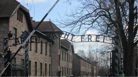 """""""El trabajo los hará libres"""". Puerta de ingreso a Auschwitz. (Candelaria Panadero)"""