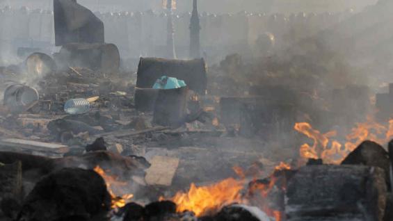 LLAMAS Y HUMO. Este miércoles, mientras la Policía antidisturbios estaba en el fondo durante los enfrentamientos con los manifestantes en la Plaza de la Independencia de Kiev, el epicentro de la agitación actual del país (AP).