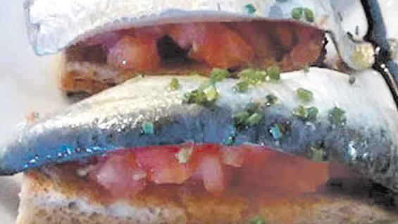 Tapas con sardinas frescas y tomate sobre una tostada, en Cardona.