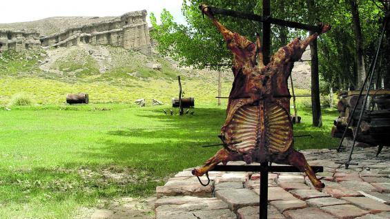 El chivito y los Castillos de Pincheira, dos íconos de las rutas alimentarias, que se pueden disfrutar muy cerca de la ciudad de Malargüe. En Cuyam Co hay un criadero de truchas.