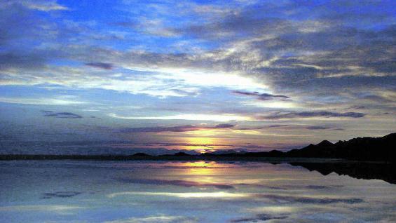 Atardecer sobre el salar de Uyuni, nada que envidiarle al amanecer.