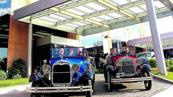 Los dos Ford A de Antique Tour Experience dejan la explanada del Sheraton Hotel de Tucumán. Comienza un city tour pleno de historia y tradición.