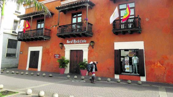 Típicos balcones de madera se ubican en una ciudad que conquista con su atmósfera colonial.