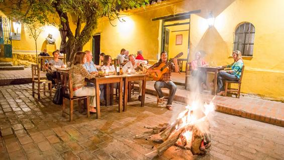 Peñas. La noche salteña gira alrededor de la calle Balcarce, donde numerosas peñas combinan folklore con comidas criollas.