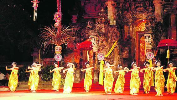 Bali es un destino que ofrece infinitos templos de arquitectura india, montes sagrados y hermosas playas.