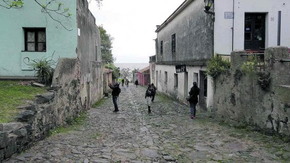 La Calle de los Suspiros, con su empedrado colonial y su pendiente hacia el río de la Plata. Un clásico de la ciudad antigua.