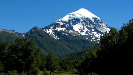"""Zona de """"trekking"""". Camino a la base sur del volcán Lanín. (Sol Iparraguirre)"""