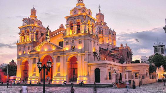 Nuestra Señora de la Asunción es el nombre de la iglesia Catedral de Córdoba, cuya construcción, con varios hacedores, comenzó en 1580.