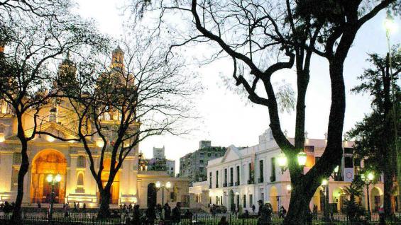 Catedral y Cabildo, desde la plaza San Martín.