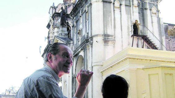 Un cicerón explica a los chicos características de la Catedral.