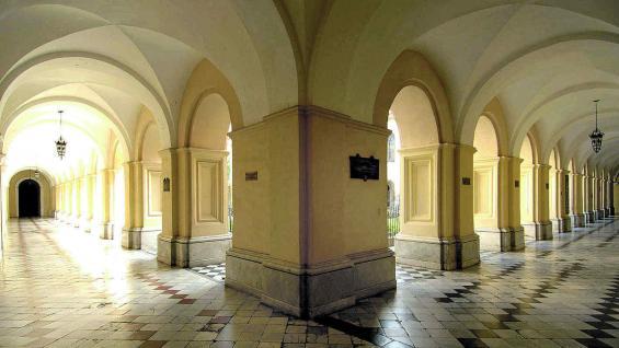 Claustros amparados por galerías que abren al patio del edificio universitario.