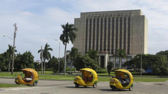 Un paseo por La Habana en los pintorescos coco taxis.