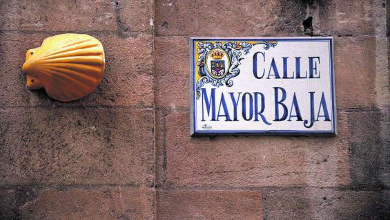 Una de las calles de Logroño, con la típica concha que marca que es parte del Camino de Santiago.