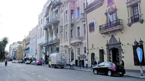 Una cuadra frente a la plaza Independencia con construcciones que conforman un muestrario de estilos arquitectónicos.