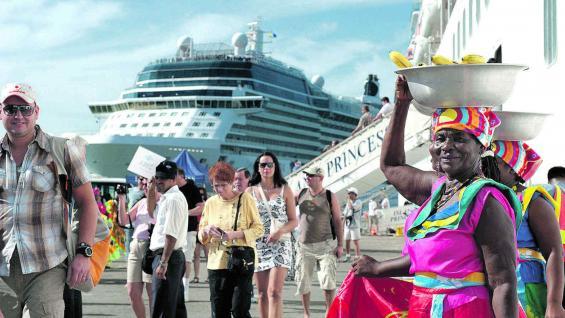 Cruceristas, uno de los mercados de mayor crecimiento, desembarcan en el puerto de Cartagena.