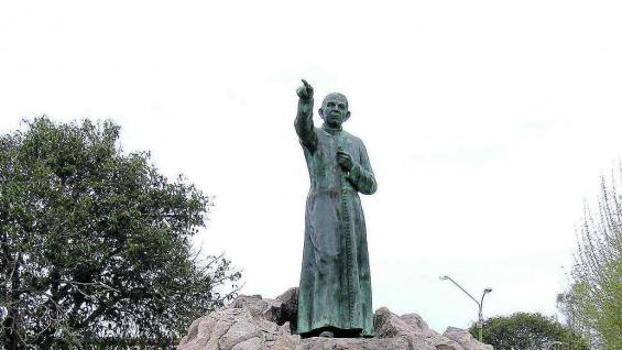 Escultura del religioso en plaza Centenario de Villa Cura Brochero.