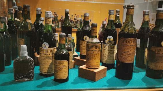 Una vitrina enorme contiene cientos de botellas de productos que intentaron imitar al fernet. (Carla Oller)