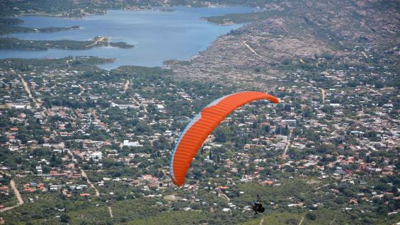 Los vuelos en parapente, un imperdible en Capilla del Monte. (Agencia Córdoba Turismo)