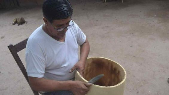 El Indio Froilán, dándole forma a uno de sus futuros bombos. (Benita Cuellar)