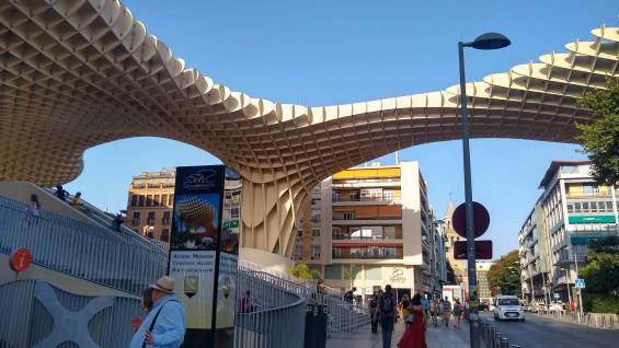 Las famosas setas, una estructura moderna que contrasta con los edificios históricos. (Juan Carlos Lopresti)