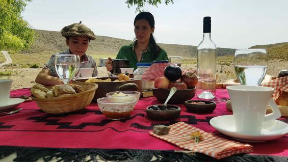 Desayuno campestre en Estancia Facundo, antes de iniciar las cabalgatas. (Christian Quinteros)