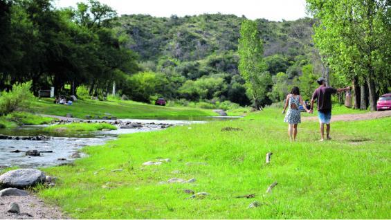 Muy cerca del pueblo se encuentran los típicos paisajes norteños, tales como Quebrada del Tigre y dique Pisco Huasi, en plena naturaleza.