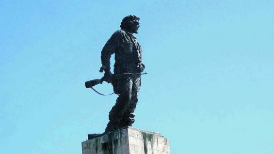 Estatua del Che, en la plaza de la Revolución de Santa Clara. Detrás está el mausoleo con sus restos.