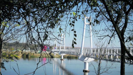 """Diseños de vanguardia, como el puente colgante que comunica con la isla Tara Inti, """"rejuvenecieron"""" la imagen de la ciudad de Termas de Río Hondo."""