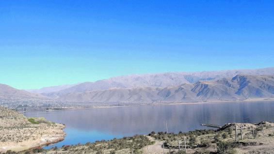 Dique La Angostura, poco antes de llegar a Tafí del Valle. En su costa, El Mollar, y como telón de fondo, el cordón del Aconquija.