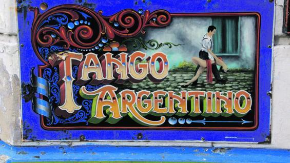 Esquina Carlos Gardel. Doce bailarines recrean cada noche uno de los mejores espectáculos de tango, que recorren la historia del 2x4. (fotografías de Graciela Cutuli)