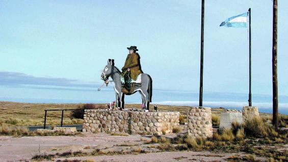 En el cruce de Pampa de Achala, el merecido homenaje a Brochero. El religioso unió Córdoba con Traslasierra en sucesivos viajes por sendas.