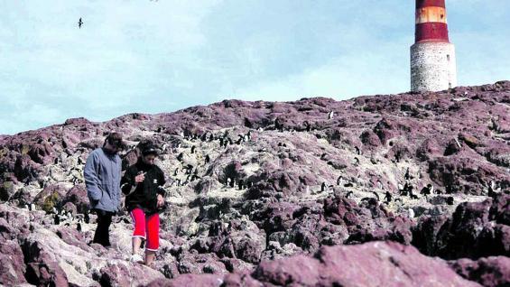 En el extremo sur de la isla Pingüino, se levanta un faro que data de 1903.
