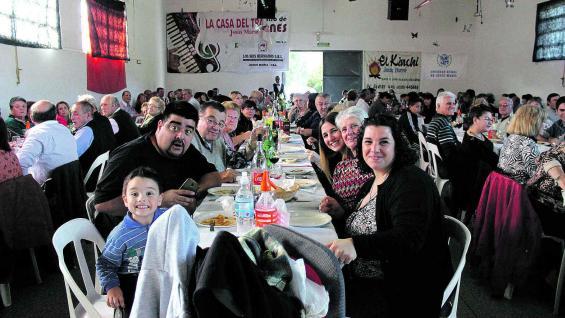 La familia reunida en torno a la mesa de los domingos, en una recreación de los almuerzos de los colonos.