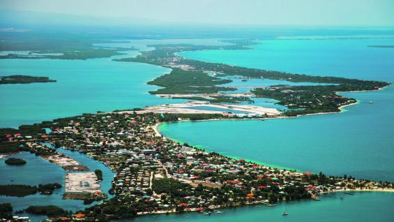 Placencia. Este pueblito de pescadores ofrece playas de arena blanca con aguas transparentes. El manglar situado en la laguna de Placencia es uno de los ecosistemas más importantes de este país. (fotografías de Christian Quinteros)