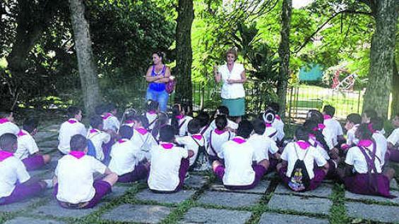 Alumnos del primer nivel reciben educación en la plaza del museo Acción sobre el Tren Blindado.