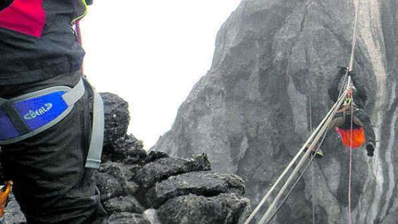 Colgado sobre el abismo, antes de la cumbre.