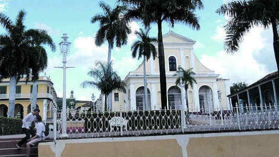 Plaza Mayor de Trinidad y la iglesia de la Santísima Trinidad, donde está el Cristo de la Vera Cruz (1713).