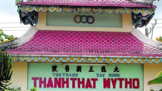 Pagoda china, construcción multicolor con símbolos budistas y taoístas.