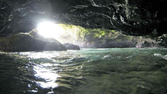 Un brazo del mar ingresa por una cueva.