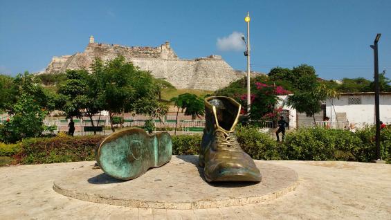 Los Zapatos Viejos esta ubicado detrás del Castillo de San Felipe. El monumento representa un homenaje al escritor cartagenero Luis Carlos López.