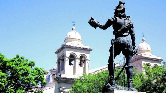 El fundador de Córdoba, Jerónimo Luis de Cabrera, en la estatua que lo homenajea en la plazoleta que lleva su nombre.