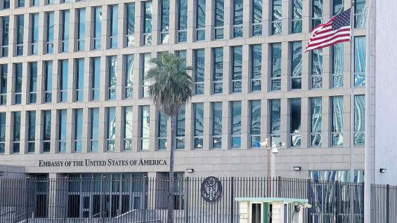 La bandera de Estados Unidos ondea en la Embajada, sobre el Malecón.