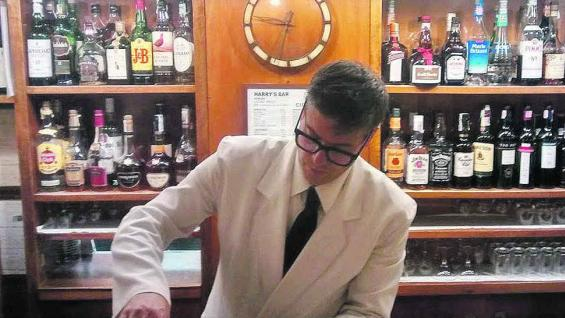 Marco Salvadore, un exquisito bartender profesional, en Harry's Bar.