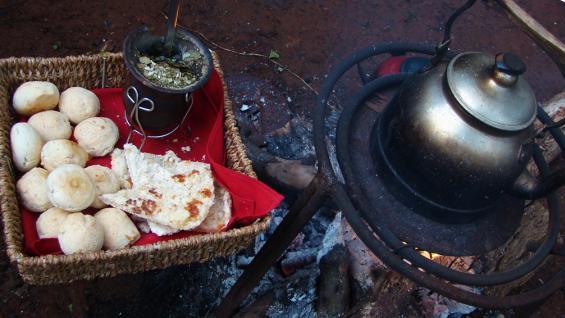 Delicias al atardecer. Mate cocido quemado, chipá y mbeyú son ideales a la hora del fogón. (Christian Quinteros)