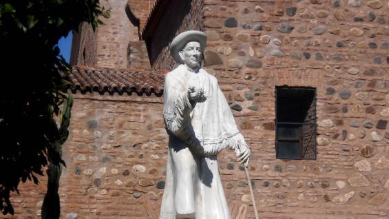 Monumento a Brochero, a espaldas de la Catedral.