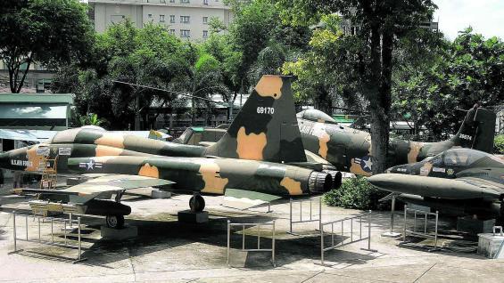 El Museo de Vestigios de la Guerra expone aviones, tanques y artillería capturada a los Estados Unidos.