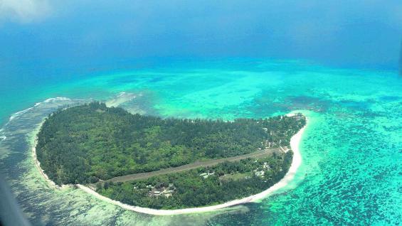 Isla Praslin, con su Valle du Mai y el parque nacional de palmeras, vista desde el aire (Fotografías Mario Cherrutti)