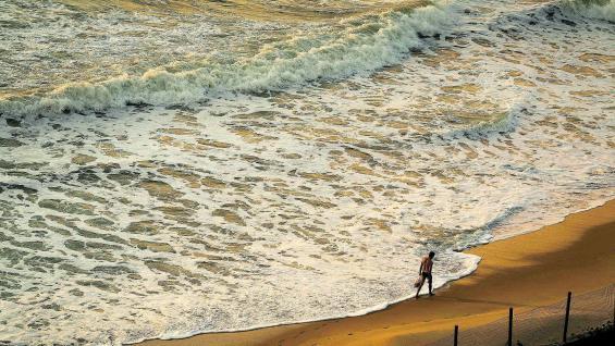 Playa en Natal, capital del estado de Río Grande del Norte. Sus aguas cálidas invitan a la práctica de deportes acuáticos y a realizar largas caminatas por las extensas playas.